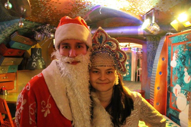 Joelin kanssa Pietarissa baarissa, jossa uutta vuotta juhlitaan joka yö. Pakkasukko ja pakkastyttö kuuluvat venäläiseen perinteeseen.