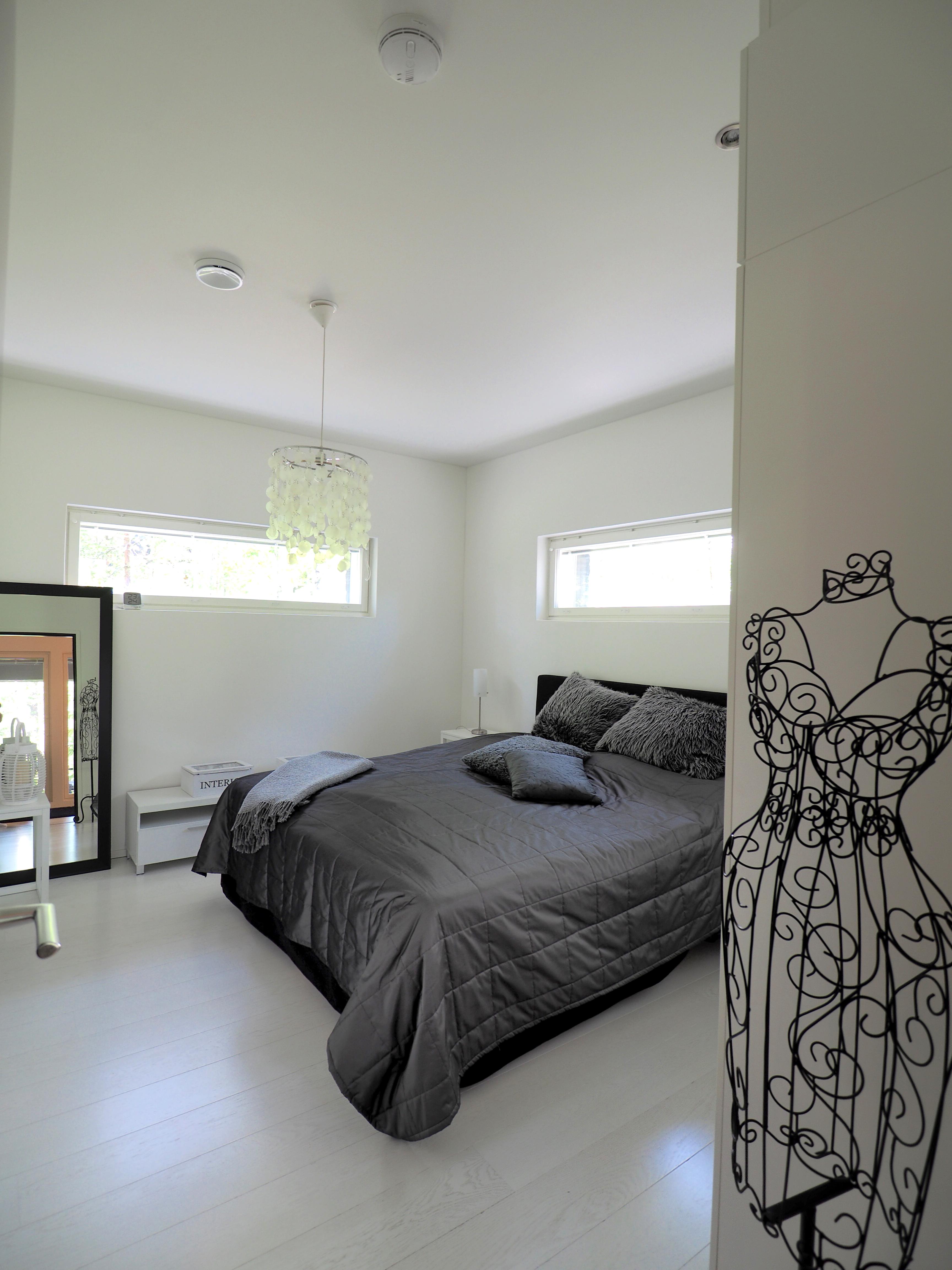 moderni sisustus makuuhuoneessa, valkoinen lattia