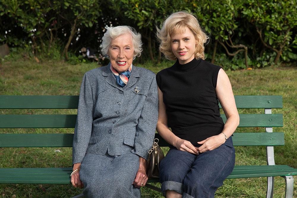 Oikean elämän Margaret Keane ja häntä elokuvassa näytellyt Amy Adams.
